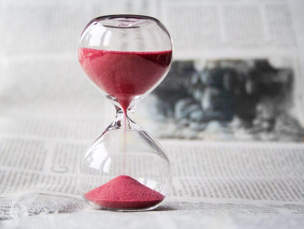 Ampulheta representando o tempo, um fator importante para a taxa de engajamento.